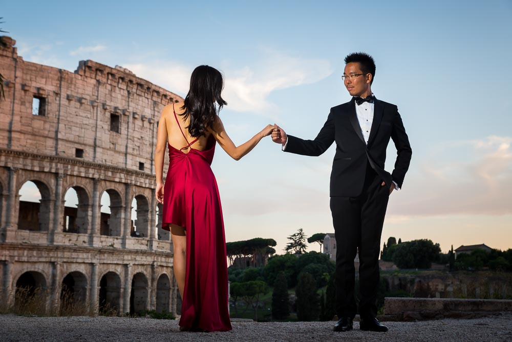 Holding hands. Colosseo. Roma