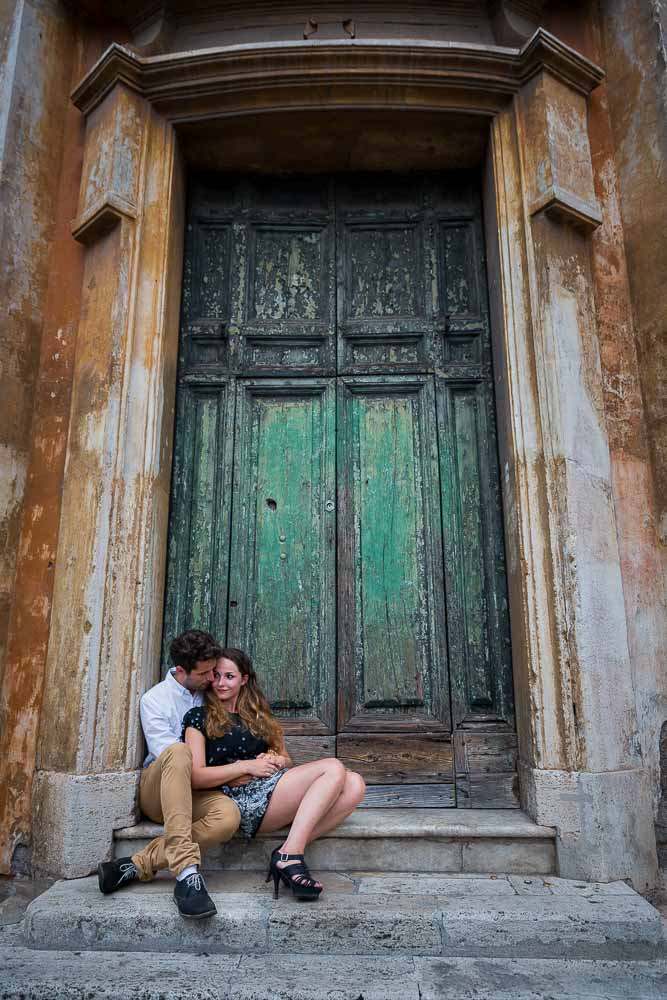 Portrait photography session of an engaged couple in Rome