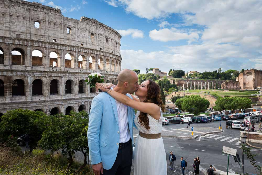In love in Roma couple photo session at the Roman Colosseum