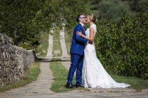 Bride and groom in the Tuscan countryside