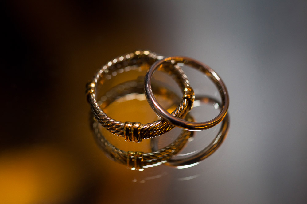 Picture of the wedding rings photographed up close in macro
