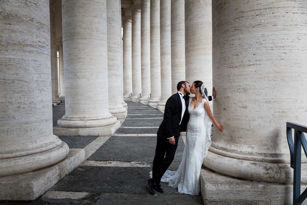 Kissing under the colonnade of Saint Peter's square