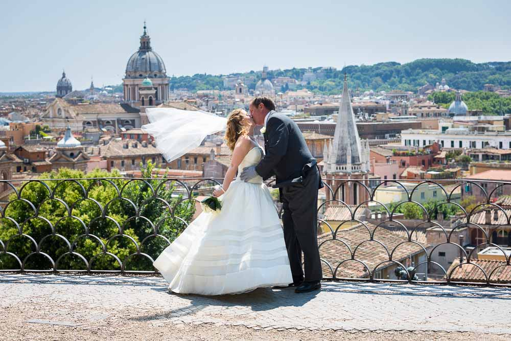 Kissing at Parco del Pincio. Wedding photography in Rome
