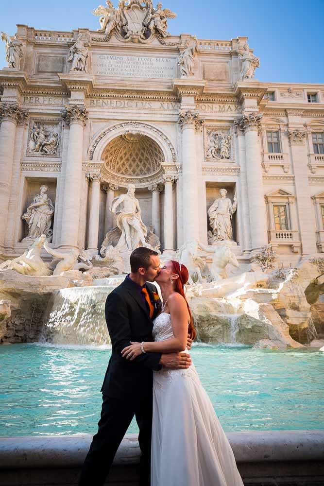 Kissing at the Trevi fountain. Romantic wedding photo shoot
