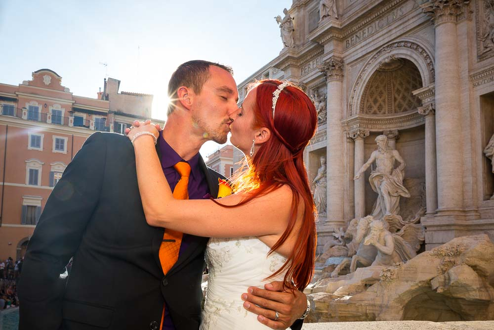 Romance at Fontana di Trevi in Roma. Kissing in front of the statues