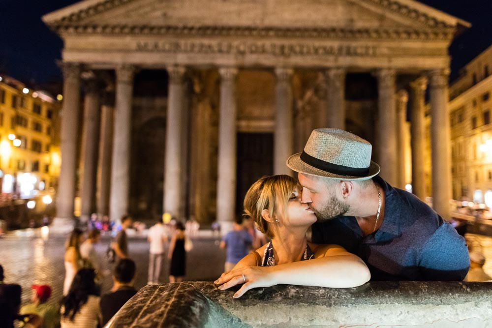 Kissing by the roman pantheon