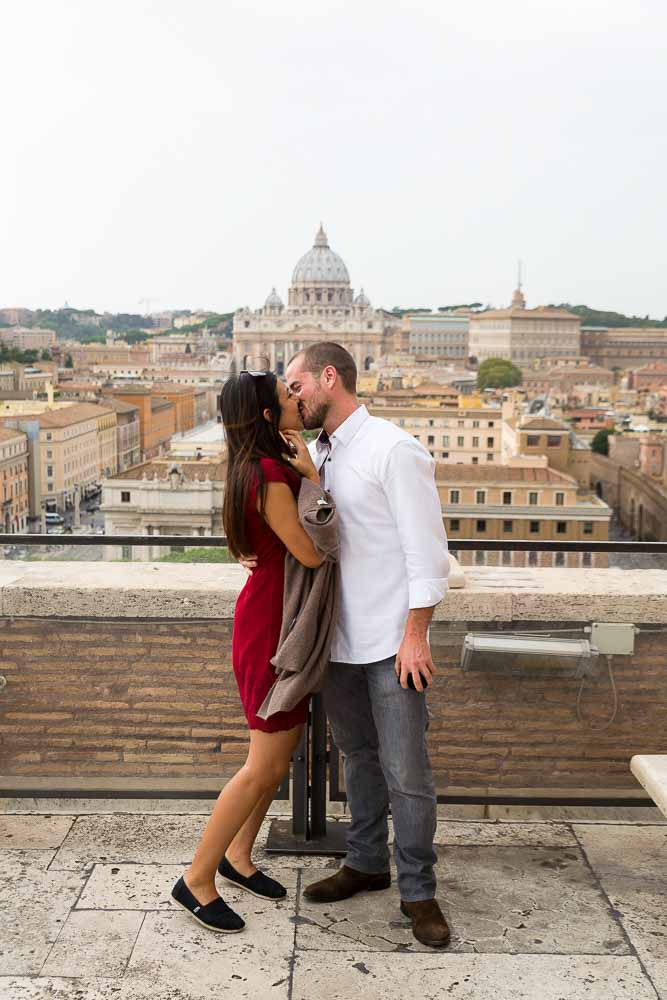 Kissing over the roman rooftops