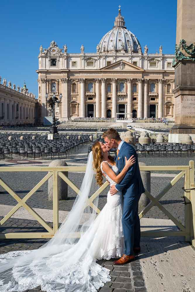 Sposi novelli wedding photography. Saint Peter's square. Vatican. Rome, Italy.