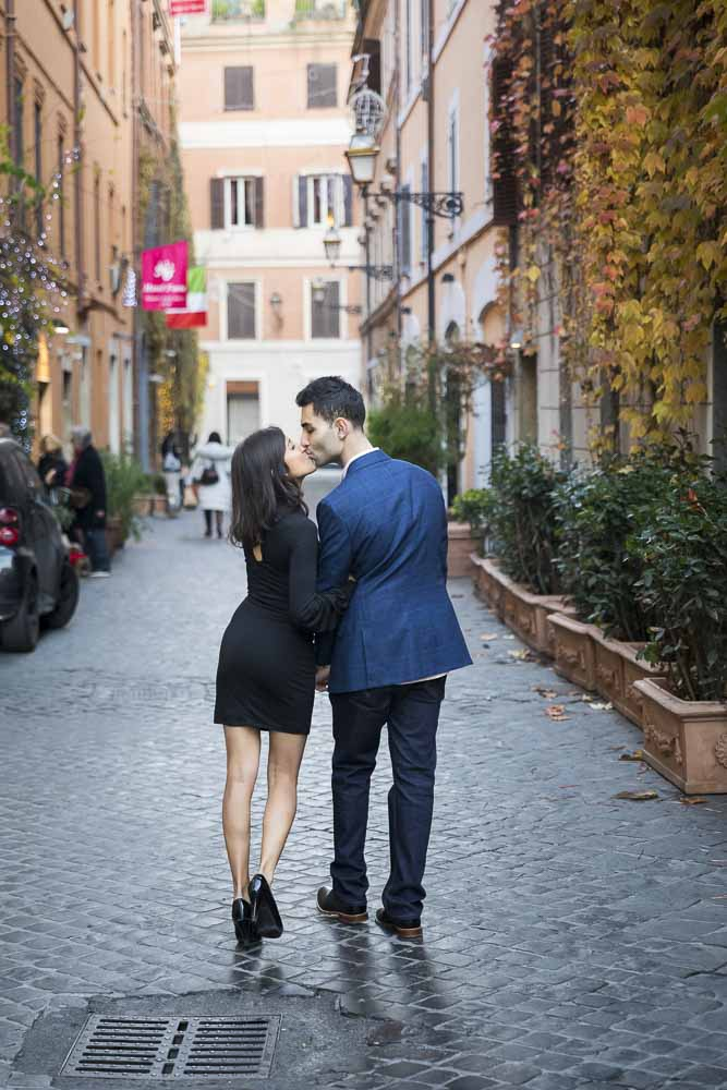 In love in Rome. Engagement photo session in Rome Italy. By Andrea Matone photography studio.