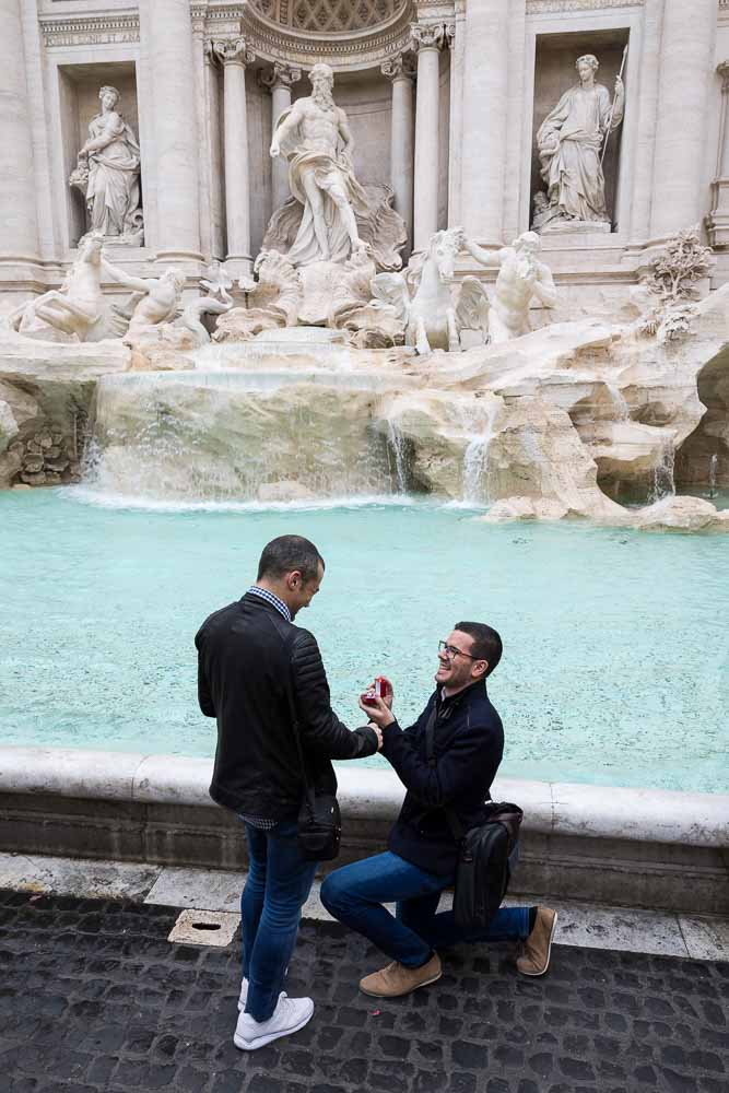 Knee down wedding marriage proposal at Rome' Fontana di Trevi