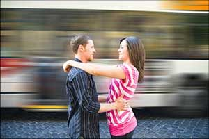 couple photo session in front of passing bus