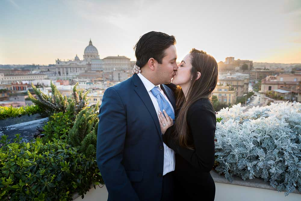 Kissing looking the Rome cityscape