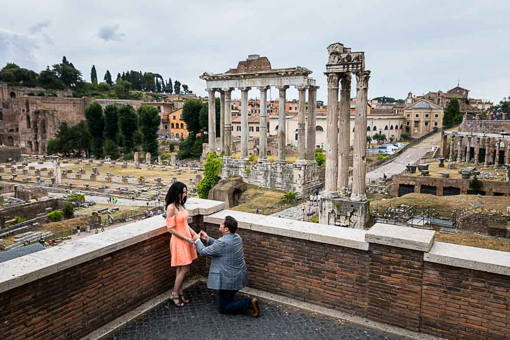 Asking for marriage in front of the ancient roman forum