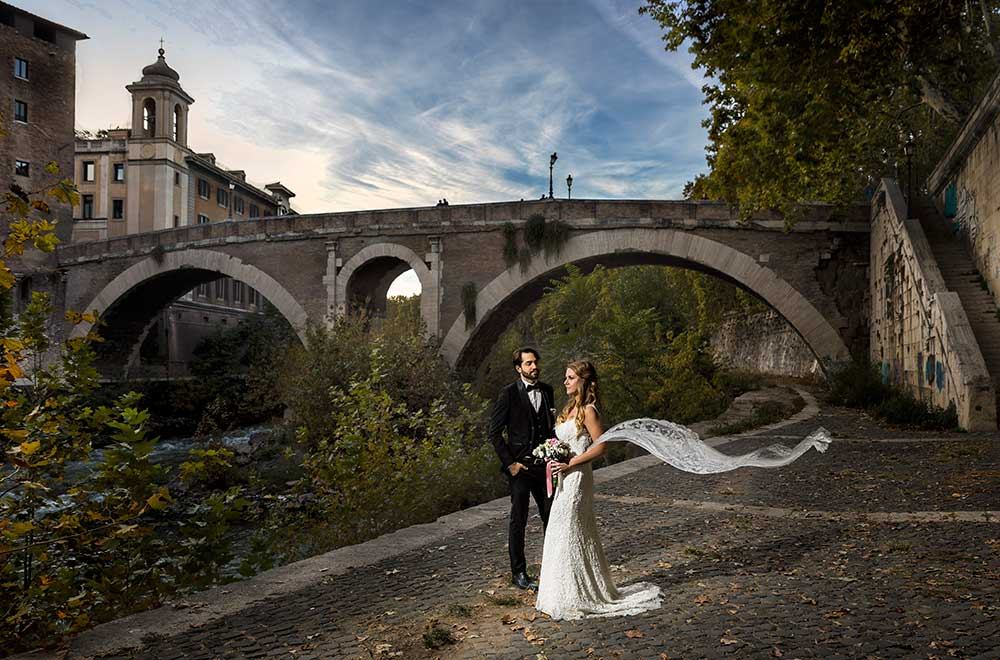 Wedding couple photography by the Tiber river in Rome at night on the Tiber island