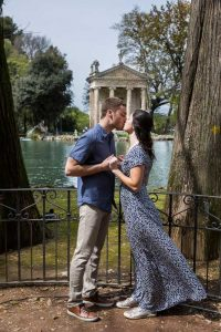 Kissing at the Villa Borghese park in Rome Italy. Image by the Andrea Matone photography studio
