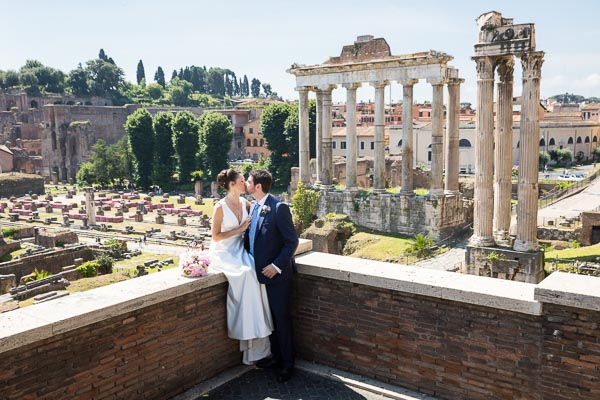 Kissing before the ancient temples contained in the roman forum