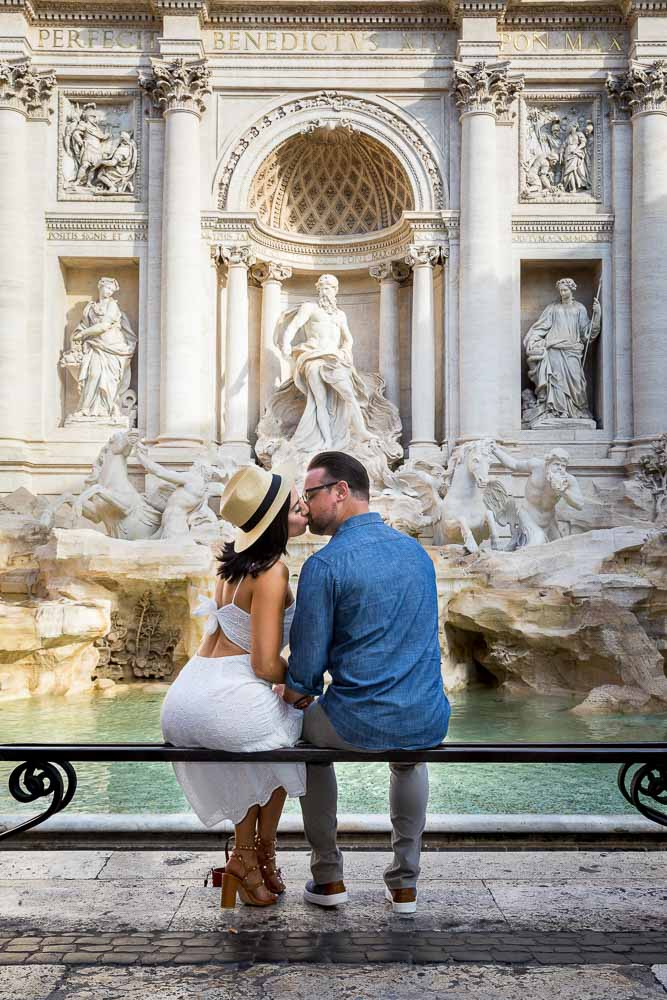 Coupe kissing during a photographer session at the Trevi fountain. Image by the Andrea Matone photography studio in Rome Italy