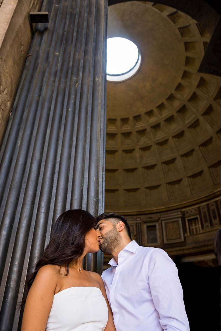 Kissing underneath the hole of the roof of the Roman Pantheon
