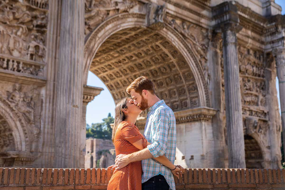 Couple kissing underneath Arch of Septimius Severus