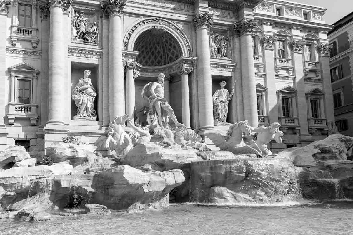 Fontana di Trevi in black and white