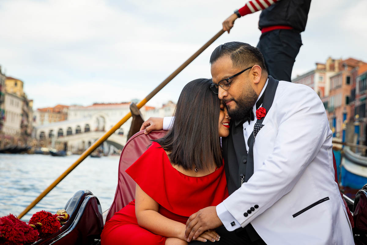 Couple photoshoot in Venice during a romantic ride on a gondola